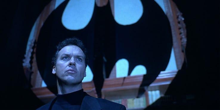 Kryzys na Nieskończonych Ziemiach - postać wyglądająca jak Michael Keaton na szkicu koncepcyjnym