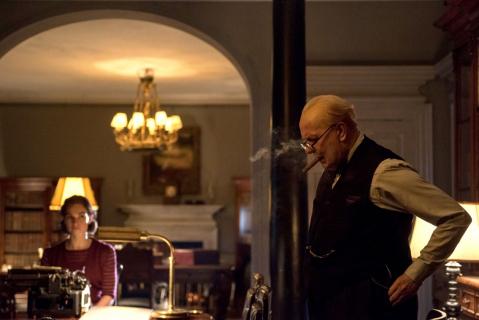 Gary Oldman jako Winston Churchill. Nowe zdjęcia i plakat filmu Czas mroku