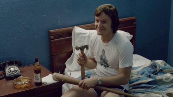 Damon Herriman jako Charles Manson w filmie Quentina Tarantino