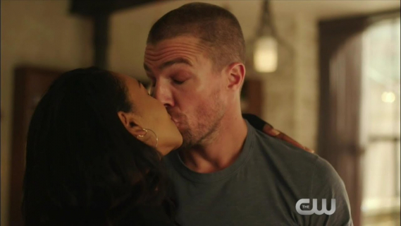 Oliver Queen jako Barry Allen całuje Iris? Zwiastun crossoveru Arrowverse