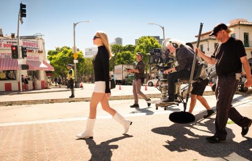 Pewnego razu… w Hollywood – plakat z Margot Robbie zapowiada film Tarantino