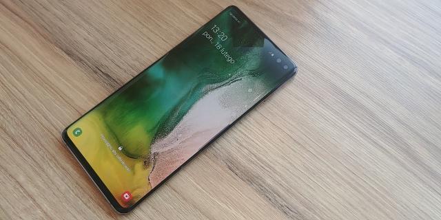 Samsung chce schować aparat pod ekranem smartfona