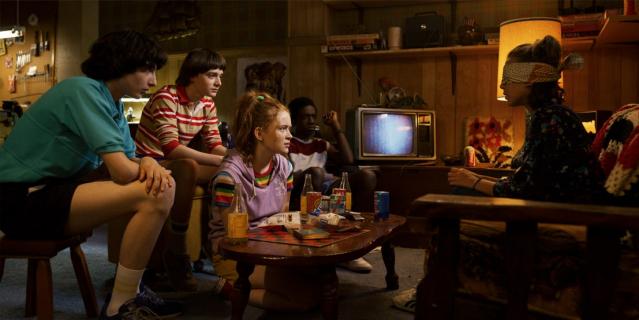 Stranger Things - bohaterowie i potwór na oficjalnym plakacie 3. sezonu