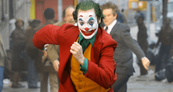 Joker - wychudzony Joaquin Phoenix na zdjęciu. Kategoria wiekowa potwierdzona