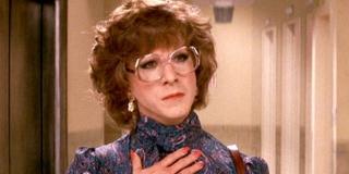 """Eddie Brock mówi w filmie, że może pisać pod fałszywym nazwiskiem lub nawet przebrać się za kobietę jak Dustin Hoffman w filmie """"Tootsie"""" z 1982 roku; z kolei kot Anne wabi się Pan Belveder - to odwołanie do amerykańskiego sictcomu z lat 80."""