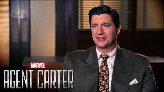 """Na okładce gazety, którą czyta Karen, pojawia się napis """"Maggia"""" - to określenie użyte już w serialu """"Agentka Carter"""" na mafię; jednym z jej członków był choćby Joseph Manfredi"""
