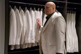 """Biały garnitur Wilsona Fiska to element charakterystyczny dla tej postaci w komiksach; o ile jednak w nich przypomina się, że Kingpin jest wyłącznie """"górą mięśni"""", o tyle serial pokazuje, że złoczyńca cierpi na nadwagę (waga w jego przypadku pokazuje ok. 140 kg)"""
