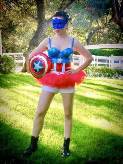 Alyssa Milano jako Kapitan Ameryka