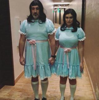 """Joey Fatone i Izabel Araujo jako bliźniaczki z filmu """"Lśnienie"""""""