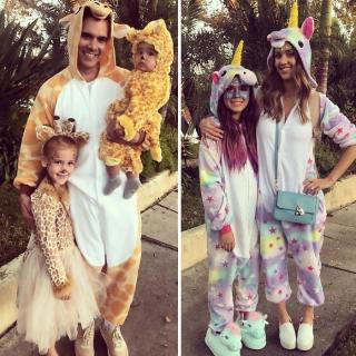 Jessica Alba z rodziną jako żyrafy i jednorożce