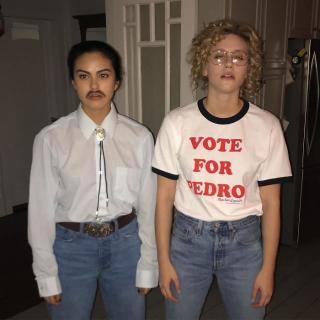 """Camila Mendes i Lili Reinhart jako postacie z filmu """"Napoleon Wybuchowiec"""""""