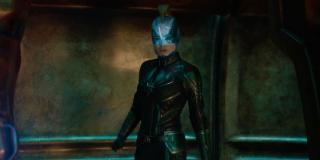 To ujęcie pokazuje nam, że hełm Carol działa na podobnej zasadzie jak ten Star-Lorda, przy czym włosy bohaterki układa w charakterystyczny dla tej postaci z komiksów irokez