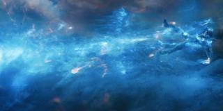 """Fragment ukazanej wyżej sekwencji widzieliśmy już w pierwszym zwiastunie; widzimy tu zniszczenie pojazdu Kree w czasie tajemniczej eksplozji - nie można wykluczyć, że to w jej trakcie ciało Carol zostało napromieniowane; zwróćmy uwagę, że płomienie przypominają nam lokacje z filmu """"Ant-Man i Osa"""" - prawdopodobnie więc eksplozja powstała w wyniku wykorzystania energii kwantowej"""