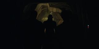 """Ujęcie pokazujące nam dowódcę Skulli, Talosa; ważne są padające tu w kierunku Carol słowa: """"Czy chcesz wiedzieć, kim naprawdę jesteś?""""; mogą one sugerować, że to Talos wyjawi Danvers całą prawdę o manipulacjach Kree, zmuszając ją do ucieczki z Hali; warto przypomnieć, że w komiksach w trakcie wojny Kree i Skrulli żadna z ras nie była przedstawiana jako ta moralnie dobra - obie robiły wszystko, by wygrać"""