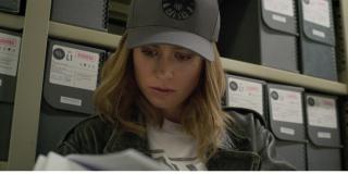 Ujęcie z czytającą gazetę Carol może być kluczowe dla jej przeszłości; nie można bowiem wykluczyć, że Danvers przegląda artykuł o sobie samej; przypuszczenie jest takie: rząd USA wykrywa UFO, a w celu zbadania go wysyła Carol Danvers; ta w swoim myśliwcu wchodzi między pojazdy Kree i Skrulli, które walczą między sobą na ziemskim niebie