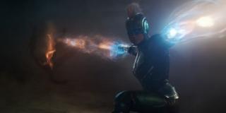 Na powyższym ujęciu widzimy Vers - pod takim imieniem Carol znana jest w Hali; mamy tu zapewne do czynienia z przebitką z misji Starforce na planecie Torfa, który został zinfilitrowany przez Skrulli; zwróćmy uwagę, że wiązki energii generowane przez Danvers mają inny kolor niż te, które widzimy w dalszej części zwiastuna - nie jest wykluczone, że moc bohaterki będzie ewoluować