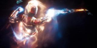 Ogrom mocy Kapitan Marvel potwierdza to ujęcie - jest ona w stanie swoimi wiązkami energii strącać potężne kosmiczne krążowniki