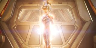 Kapitan Marvel na tym ujęciu przybiera tu najprawdopodobniej jeszcze potężniejszą formę Binary - tę bohaterkę także widzieliśmy w komiksach, korzystała ona z mocy tzw. białej dziury; nie jest wykluczone, że zdolności Danvers w jakiś sposób spotęguje Wymiar Kwantowy