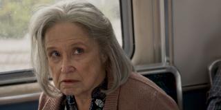 """Zwiastun potwierdza, że rasa Skrulli jest zmiennokształtna - widać to na przykładzie staruszki, z którą Carol walczy w wagonie metra; zwróćmy uwagę, że w czasie pojedynku Samuel L. Jackson przedstawia Skrulli jako tych """"złych gości"""""""