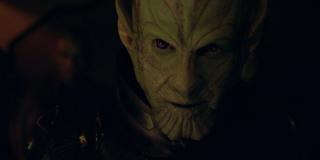 Po raz pierwszy tak dokładnie możemy przyjrzeć się Talosowi (Ben Mendelsohn) jako Skrullowi; wiemy już, że jest on przełożonym Fury'ego - zwiastun sugeruje również, że poprowadzi on oddział S.H.I.E.L.D., który będzie miał za zadanie pojmać Nicka i Carol