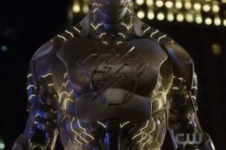 Robot Amazo w komiksach niejednokrotnie naśladował moce całej Ligi Sprawiedliwości razem wziętej; poza doktorem Ivo jego współtwórcą jest doktor T.O. Morrow, który w serialu Supergirl był odpowiedzialny za powstanie Red Tornado