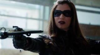Z ekranu słyszymy słowa o mafijnej rodzinie Bertinelli - przypomnijmy, że należy do niej znana z Arrow Helena aka Huntress