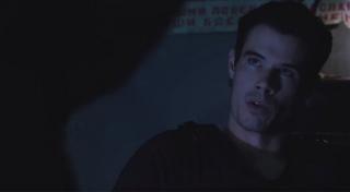 Na ekranie pojawia się Deathstroke II - to syn Slade'a Wilsona, Joe; postać tę widzieliśmy już w serialu Arrow