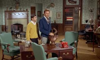 Popiersie Szekspira, na które patrzy Kara w gabinecie Kate, pojawiło się także na biurku Bruce'a Wayne'a w serialu Batman z lat 60.