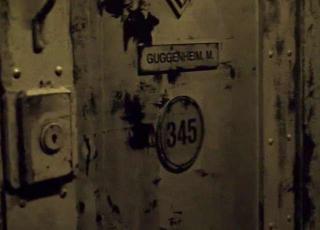 W Azylu Arkham przebywają: Oswald Cobblepot (Pingwin), Pamela Isley (Poison Ivy), Edward Nigma (Człowiek Zagadka), Basil Karlo (Clayface), a także Marc Guggenheim - jeden z twórców Arrowverse i zarazem scenarzysta odcinka