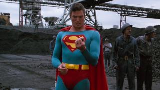 Superman zamienia węgiel w diament, by podarować Lois pierścionek - taką przemianę materiałów widzieliśmy już w filmie Superman III