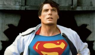 """Clark, przedstawiając się Cisco, mówi, że jest """"przyjacielem"""" - w filmie Superman z 1978 roku Kent tak przedstawił się Lois Lane"""