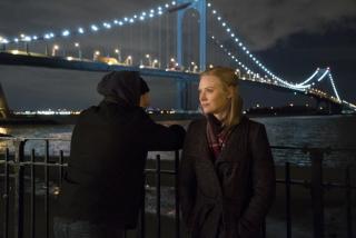 """Już w 1. odcinku Frank mówi do Beth: """"Wszyscy jesteśmy samotni. Życie polega na tym, by próbować nie być"""" - to parafraza słów Karen, które powiedziała ona do Franka w 5. odcinku pierwszego sezonu (co ciekawe, Beth odgadła, że autorką słów musi być kobieta)"""
