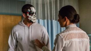 Naniesienie wzorów na maskę zaproponowano Billy'emu w trakcie terapii; czerwony, biały i niebieski kolor, jak również widoczna tu gwiazda są w amerykańskiej armii symbolami marines