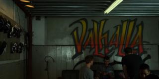 """Gang Russo na ścianie w swojej kryjówce umieścił graffiti z napisem """"Valhalla"""", co jest czytelnym nawiązaniem do mitologii nordyckiej (Valhallę w MCU wspominał już Thor)"""