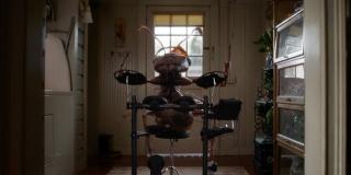 Ant-Man i Osa - scena #2; powiększona mrówka gra na perkusji