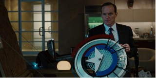 Filmowa tarcza Capa wykonana jest wyłącznie z vibranium; w komiksach przedmiot zaś wykuto ze stopu vibranium i adamantium