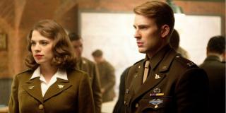 Gdy Steve Rogers wyjawia Peggy, że jest Kapitanem Ameryką, kobieta dotyka jego klatki piersiowej; takiego obrotu spraw nie było jednak w scenariuszu - Hayley Atwell zaimprowizowała tę scenę