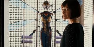Ant-Man - scena #1; Hope Van Dyne patrzy na strój Wasp