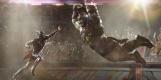 """Wątek Zielonego Goliata w filmie """"Thor: Ragnarok"""" jest luźno oparty na komiksowej serii """"Planeta Hulka"""" – chodzi tu m.in. o walki gladiatorów na Sakaarze. Co ciekawe, zielone światło na taki obrót spraw dał sam Kevin Feige; miało to być alternatywą dla samodzielnej produkcji o Hulku."""
