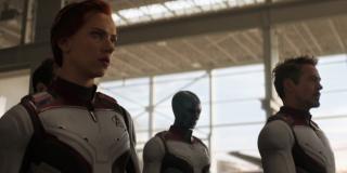 Bodajże najbardziej istotna informacja, jaką wyjawia zwiastun – Tony Stark został uratowany i dotarł na Ziemię. W białych strojach w tej sekwencji pojawiają się jeszcze Steve Rogers, Nebula, Ant-Man, Ronin, War Machine i Czarna Wdowa. Inne ujęcie kamery w materiale z Super Bowl potwierdza, że razem z nimi kroczą Rocket i Thor. Brakuje Bannera i Carol Danvers – pierwszy najprawdopodobniej będzie dowodził operacją z siedziby Avengers. Nie doszukujcie się obecności jeszcze jednej postaci – po prostu mamy tu do czynienia z różnymi ujęciami kamery.