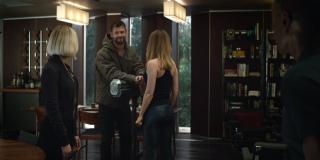 """Scena po zaprezentowaniu logo ma potwierdzić, że Carol Danvers została dobrze przyjęta w szeregach Avengers – Thor już zdążył ją polubić i w jej obecności przyzywa Stormbreakera (to nie jest Mjolnir, jak przekonują niektórzy fani). Istotna informacja wynika z długości i koloru włosów Czarnej Wdowy. Sugerują one, że poniższa scena rozgrywa się niedługo po pstryknięciu i scenie po napisach z filmu """"Kapitan Marvel""""."""