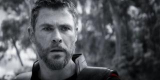 Już wcześniej w zwiastunie widzieliśmy, jak Steve Rogers leczy swoją traumę w ramach grupy wsparcia. Najnowszy trailer zdaje się sugerować, że w podobnym stanie znajduje się Thor – prawdopodobnie nieprzypadkowo bracia Russo wykorzystali więc dwa ujęcia pokazujące reakcję herosa na pstryknięcie.