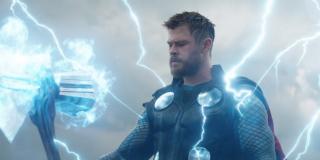 Thor używa Stormbreakera – być może po to, by za jego pomocą przywołać Bifrost. Kampania promocyjna sugeruje, że heros wyruszy w samotną podróż. Nie możemy wykluczyć, że nadal winiąc się za pstryknięcie postanowi uratować ocalałych Asgardczyków.