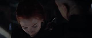 Sporą zagadkę może stanowić to, że choć Natasha werbuje Clinta jako blondynka, w trakcie ich podróży w najprawdopodobniej Quinjecie (zwiastun stara się sugerować, że mamy tu do czynienia z podróżą powrotną z Tokio, choć to wrażenie może być mylne) ma już rude włosy – nie możemy wykluczyć, że widzimy tu kolejny przeskok czasowy.