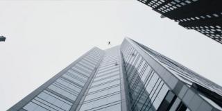 Scena, w której Shazam próbuje przeskoczyć wieżowiec, to znów nawiązanie do postaci Supermana; chwilę wcześniej Freddy mówi, że Człowiek ze Stali z pewnością potrafi pokonywać w ten sposób drapacze chmur