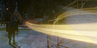 Zwiastun potwierdza, że Shazam posiada także moc szybkości; w komiksach na tym polu przegrywał on pojedynki z Supermanem