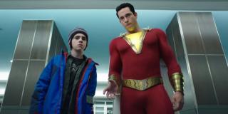Zwiastun potwierdza, że na t-shirtach Freddy'ego znajdzie się mnóstwo odniesień do członków Ligi Sprawiedliwości - w ostatnim trailerze chłopak ma na sobie koszulki z symbolami Wonder Woman i Aquamana