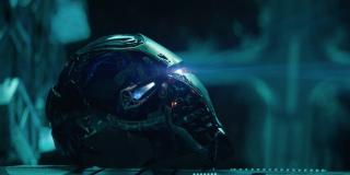 """Takie przypuszczenie jest tym bardziej zasadne, że bracia Russo niespecjalnie chcą ukrywać, iż zależy im na odwołaniu do emocji – przekonuje o tym choćby sekwencja z pokazaniem dowodu na to, że Tony ma serce. Ważne są tu słowa, które wypowiada Stark – o """"jeszcze jednej, ostatniej niespodziance"""" i poczuciu, jakby został Iron Manem """"tysiąc lat temu"""". Niektórzy z internautów to ostatnie zdanie odbierają dosłownie; miałoby ono stanowić pierwszy dowód na przeskoki czasowe w fabule."""