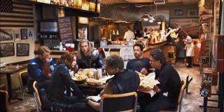 Tony i Thor informują dyrektora Pierce'a, że najpierw udadzą się na lunch, a następnie bóg burzy i piorunów przetransportuje Lokiego do Asgardu. Jeśli założymy, że wspomniany lunch to słynna scena z szoarmą, Loki na pewien czas musiałby zostać bez opieki Mścicieli – to otwiera pole do licznych spekulacji w kontekście nadchodzącego serialu.