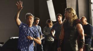 """W Nowym Asgardzie Korg ma na sobie koszulę w ananasy – taką samą, jakiej często używa wcielający się w jego rolę Taika Waititi. W tej sekwencji widzimy także przebitki z gry """"Fortnite"""". Marvel i twórcy gry niedawno podpisali umowę o współpracy."""